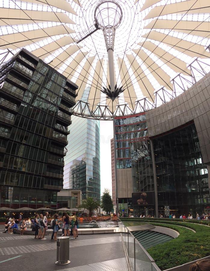 Ludzie przy Sony centrum w Berlin zdjęcia stock