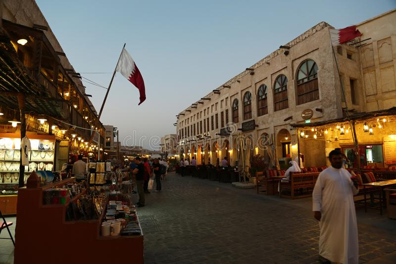 Ludzie przy Souq Waqif, wschodni bazar w Doha, Katar zdjęcia royalty free