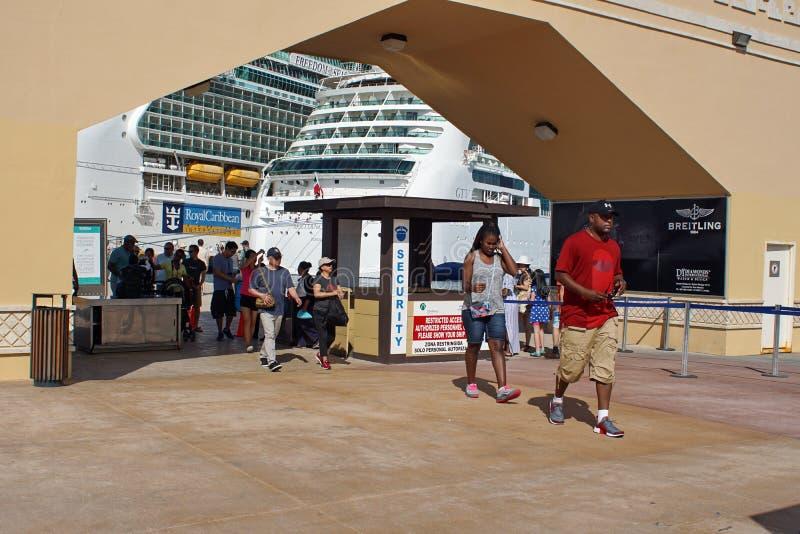 Ludzie przy statku wycieczkowego terminal obrazy royalty free