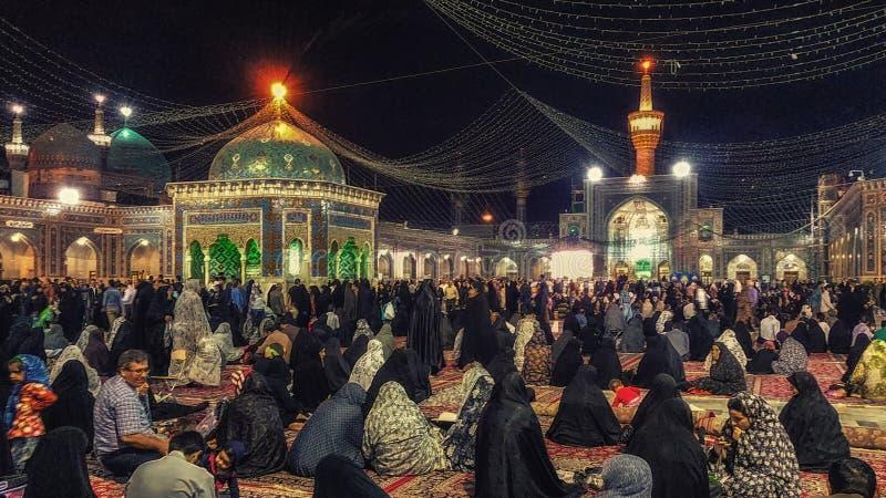 Ludzie przy wejściem Święta świątynia imam Reza w Mashhad, Ja obrazy royalty free