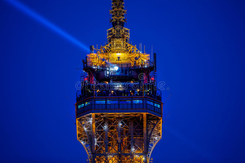 Ludzie przy wierzchołkiem wieża eifla i lekki promień fotografia stock