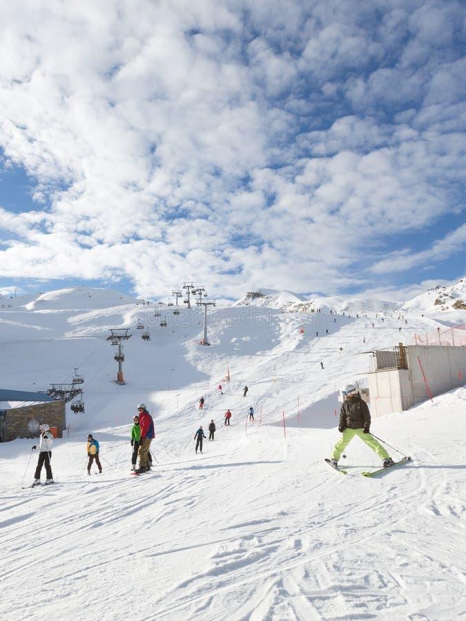 Ludzie przychodzący od śnieżnego skłonu obrazy stock