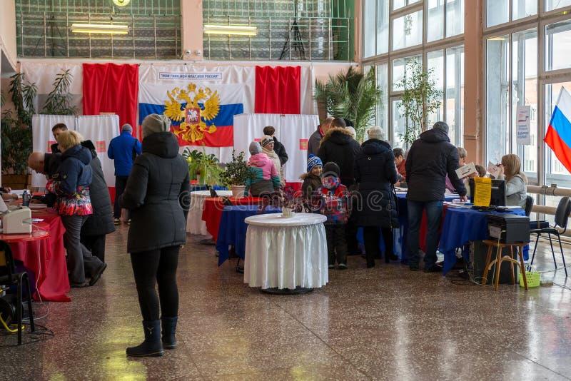 Ludzie przychodzili głosowanie przy lokalem wyborczym wioska w Rosyjskim odludziu fotografia royalty free