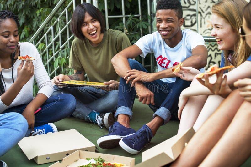 Ludzie przyjaźni więzi łasowania pizzy kultury młodzieżowej Concep obrazy stock