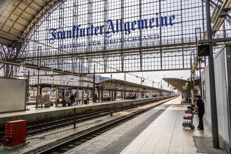Ludzie przyjeżdża lub odjeżdża przy Frankfurt dworcem obrazy royalty free