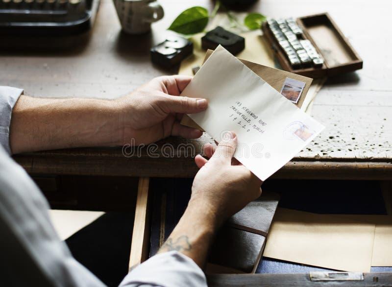 Ludzie ręk Trzyma koperta list Komunikacyjny zdjęcia stock
