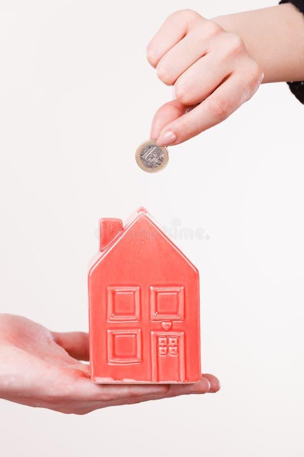 Ludzie ręk z małym domem i srebną monetą obrazy royalty free