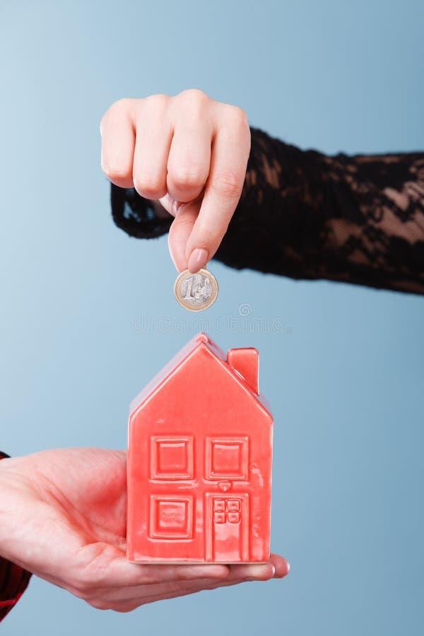 Ludzie ręk z małym domem i srebną monetą zdjęcie stock