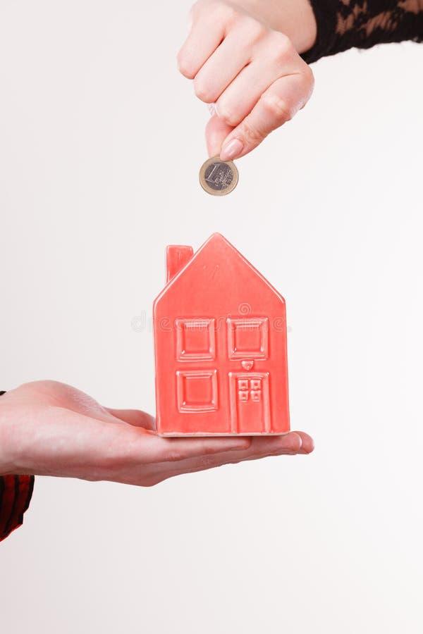 Ludzie ręk z małym domem i srebną monetą obraz royalty free