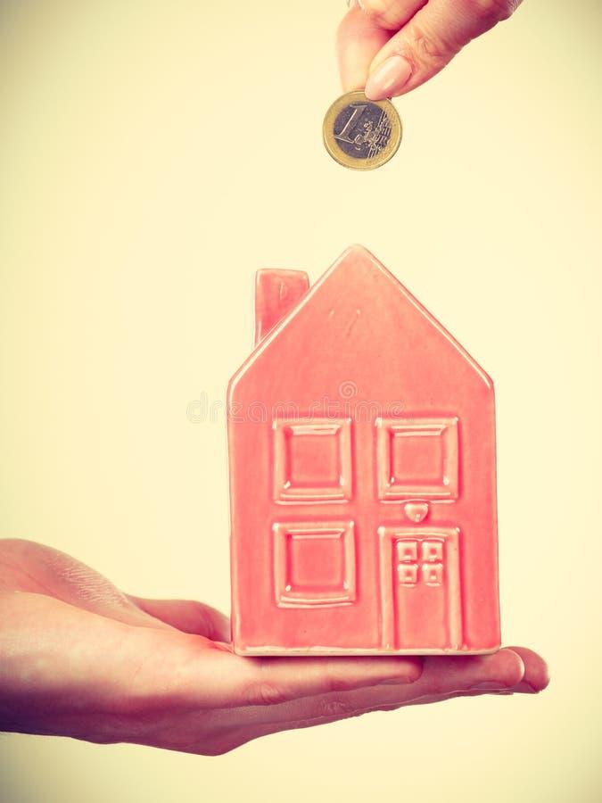 Ludzie ręk z małym domem i srebną monetą zdjęcia royalty free