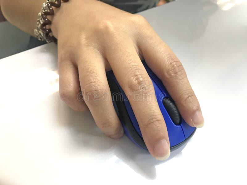 Ludzie ręki mienia i macanie błękitnego koloru komputerowej mysz na wh obrazy stock