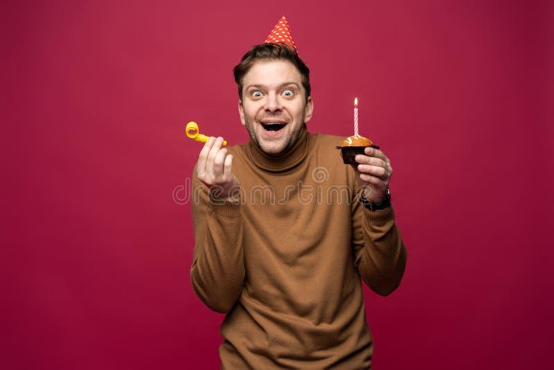 Ludzie, radość, zabawa i szczęścia pojęcie, Zrelaksowany wszystkiego najlepszego z okazji urodzin facet patrzeje rozochocony, ono obrazy royalty free