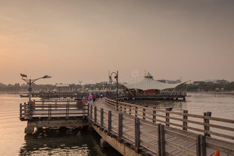 Ludzie ranek aktywność z Pięknym rankiem przy miłością Przerzucają most Ancol obraz royalty free