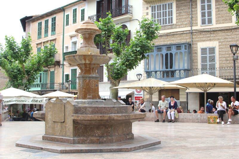 Ludzie relaksują przy głównym placem w Soller, Mallorca, Hiszpania zdjęcia stock