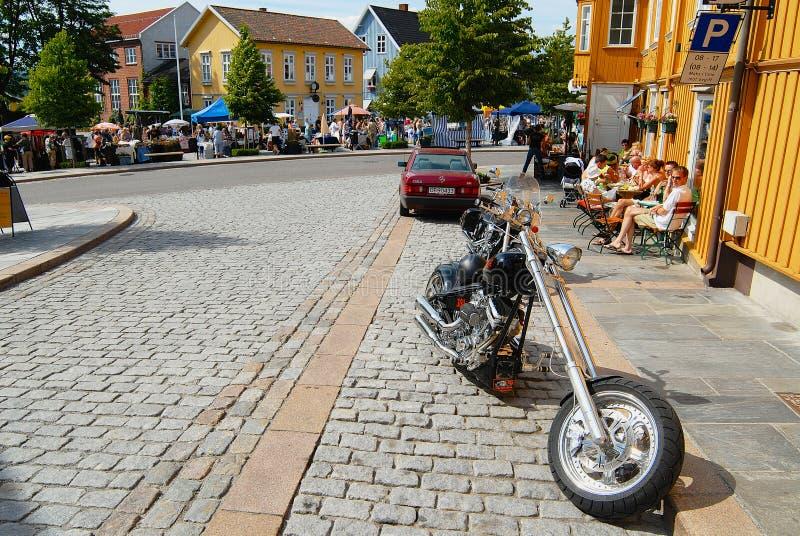 Ludzie relaksują przy ulicznymi kawiarniami w gorącym letnim dniu w Drobak, Norwegia obraz royalty free