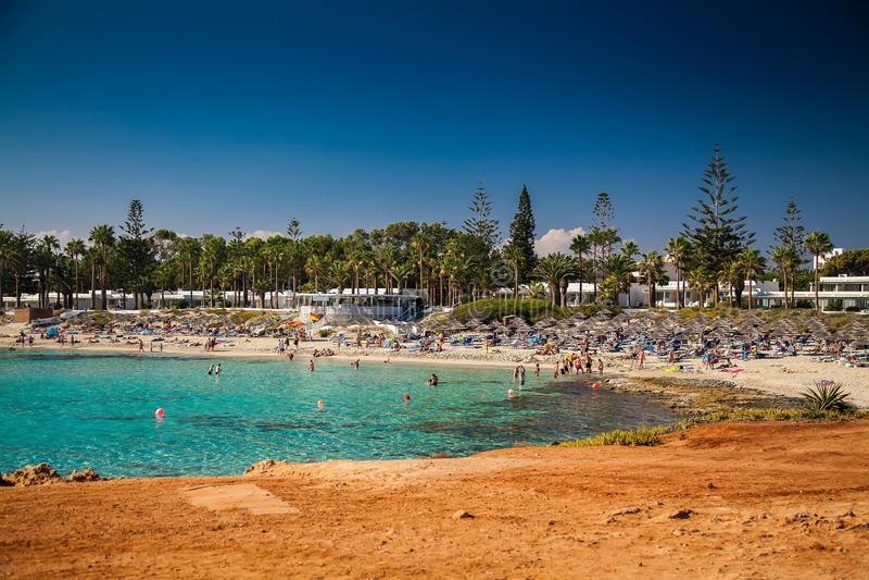 Ludzie relaksuje przy Nissi plażą w Cypr zdjęcie stock