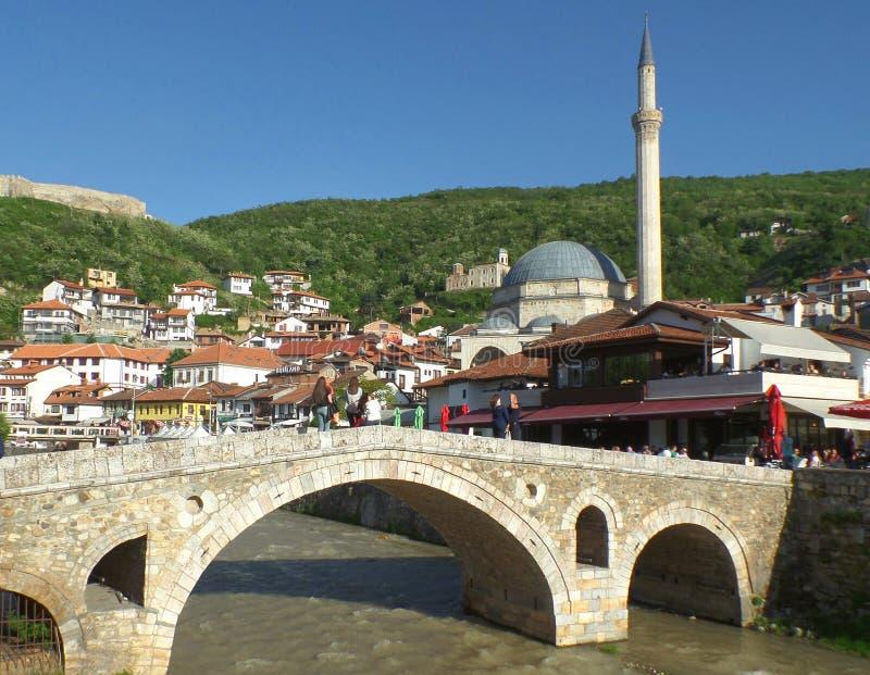 Ludzie relaksuje w Prizren Starym mieście, UNESCO światowego dziedzictwa miejsce w Kosowo na 22nd 2016 Kwietniu zdjęcie stock