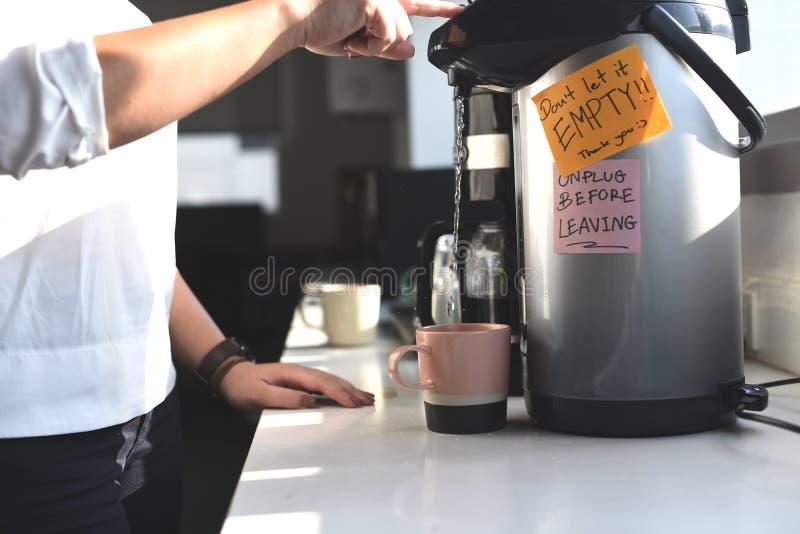 Ludzie Robi kawie Podczas Biurowego przerwa czasu obraz stock