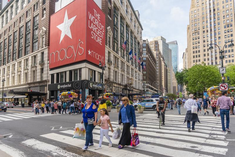 Ludzie robi zakupy przy Macy ` s wydziałowym sklepem w Miasto Nowy Jork zdjęcia stock