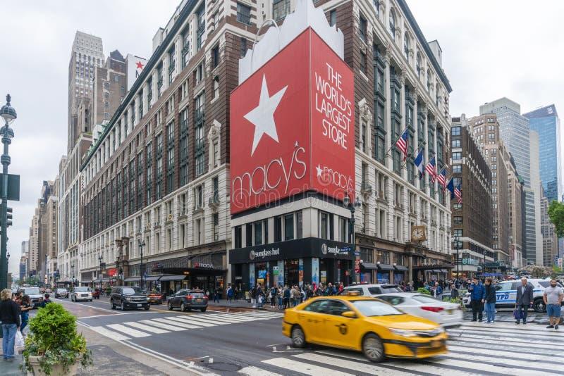 Ludzie robi zakupy przy Macy ` s wydziałowym sklepem w Miasto Nowy Jork fotografia stock