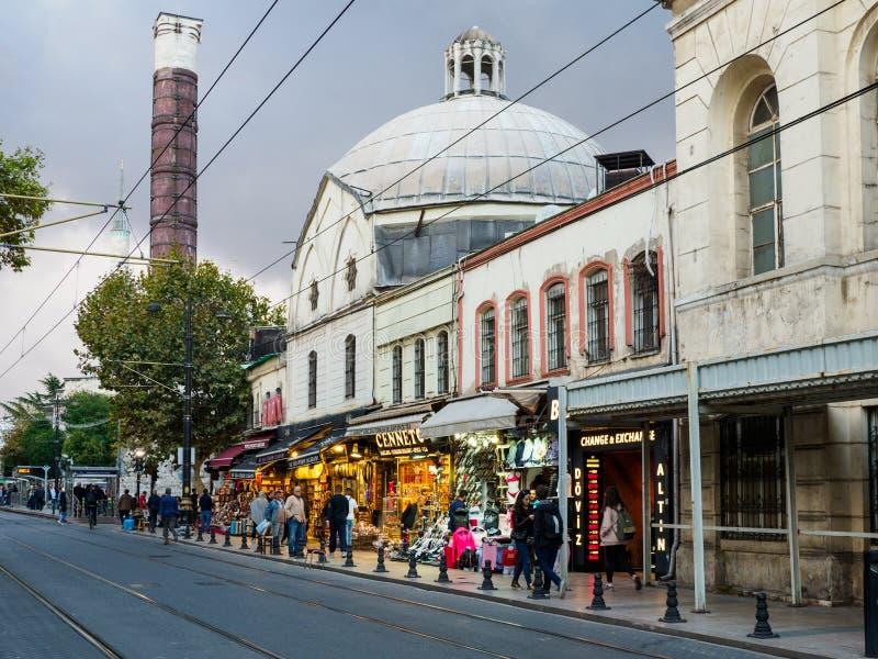 Ludzie robi zakupy przy otomany Yolu ulicą blisko kolumny Constantine w Istanbuł, Turcja fotografia stock