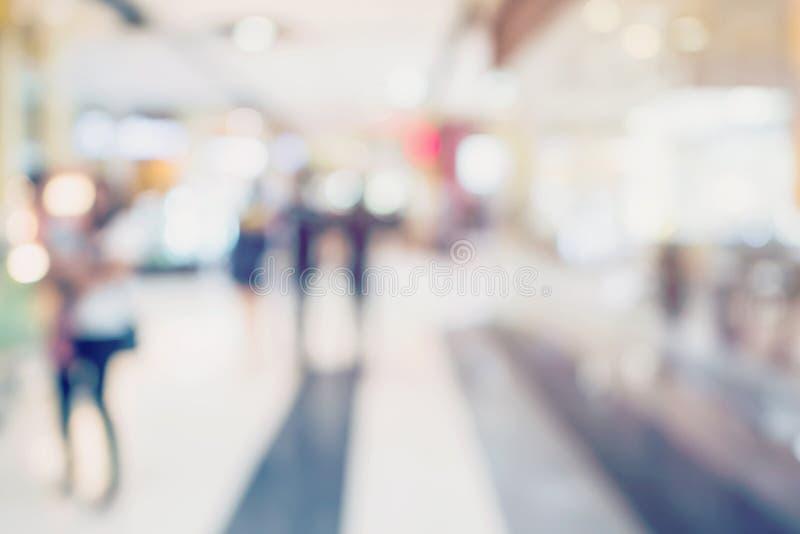 Ludzie robi zakupy w wydziałowym sklepie Defocused plamy tło fotografia royalty free