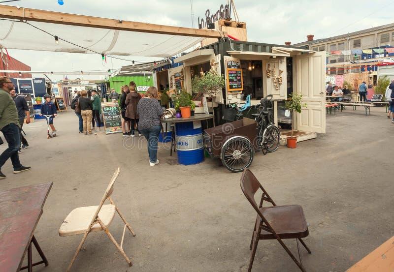 Ludzie rozkazuje jedzenie przy kioskiem Reffen, uliczny jedzenie rynek w obszarze miejskim dla Ups zdjęcie royalty free