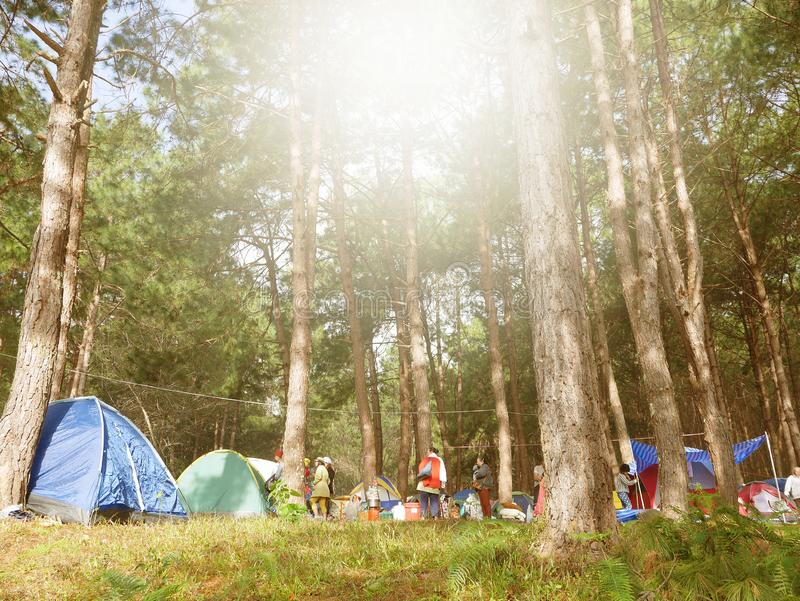 Ludzie rozprzestrzeniają namioty w pięknych miejscach w ssaniu w żołądku Ung zdjęcia royalty free