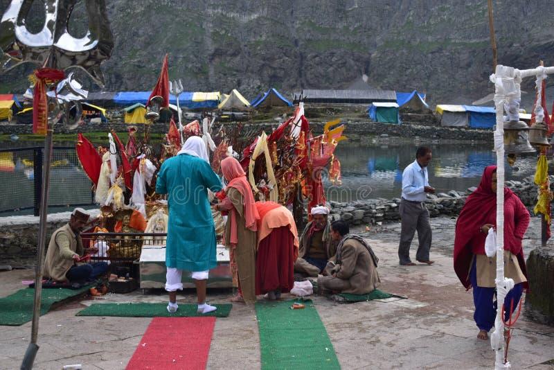 Ludzie są cześć w otwartej świątyni Manimahesh na Manimahesh yatra blisko jeziora obrazy royalty free