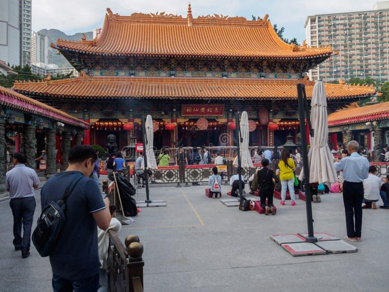 Ludzie są klęczący i one modlą się przed Wong Tai grzechu świątynią w Hong Kong obraz royalty free