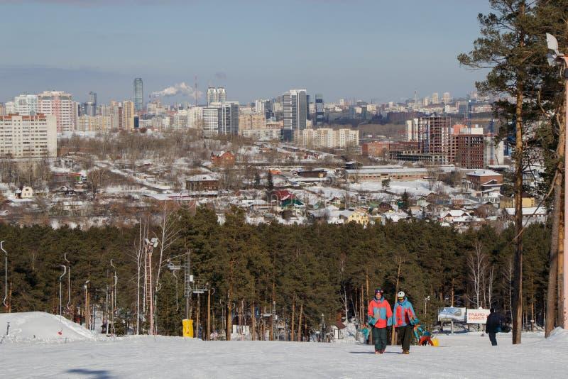 Ludzie są na narciarskim widoku miasto Yekaterinburg i skłonie fotografia stock
