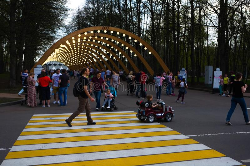 Ludzie są odpoczynkowi w Sokolniki parku obrazy stock