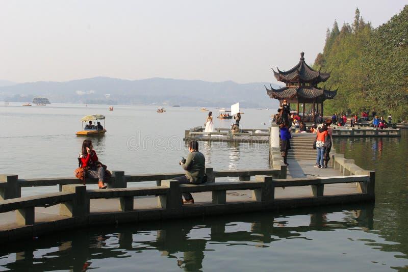 Ludzie są relaksujący wzdłuż Unesco Zachodniego jeziora w Hangzhou, Chiny obrazy royalty free