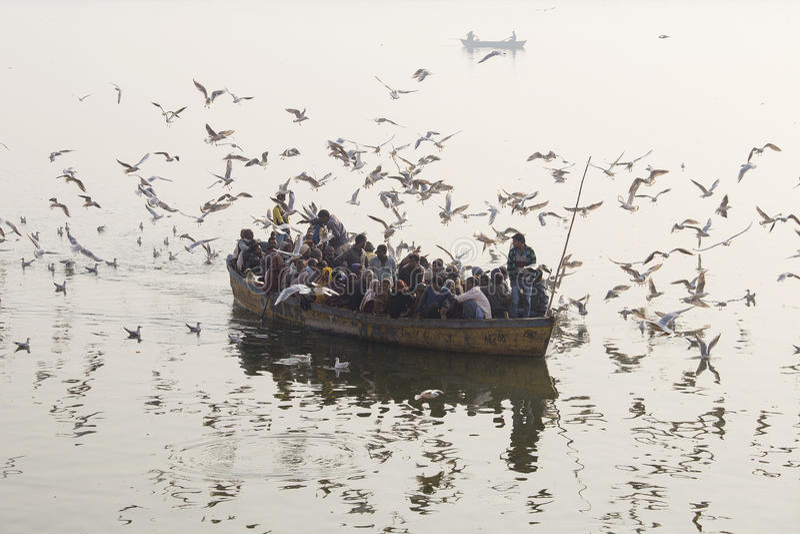 Ludzie są w drewnianej łodzi która żeglował na Ganges Rzecznym ranku w Varanasi indu zdjęcie stock