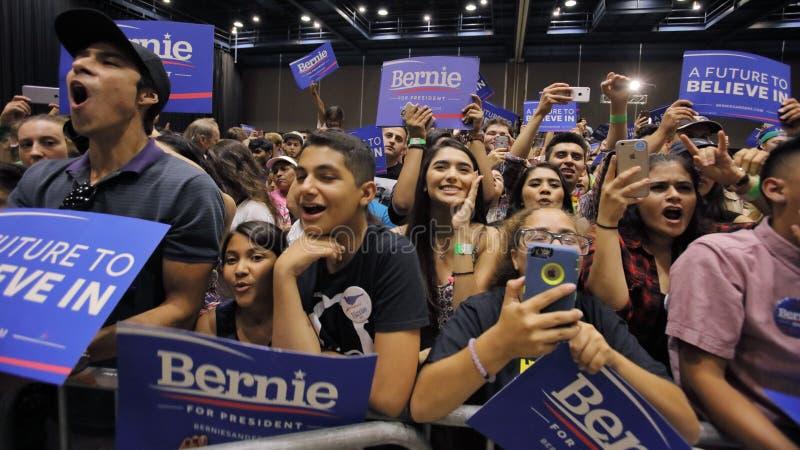 Ludzie Słuchają Bernie Mo, Sanders Mówją przy Prezydenckim wiecem obrazy royalty free