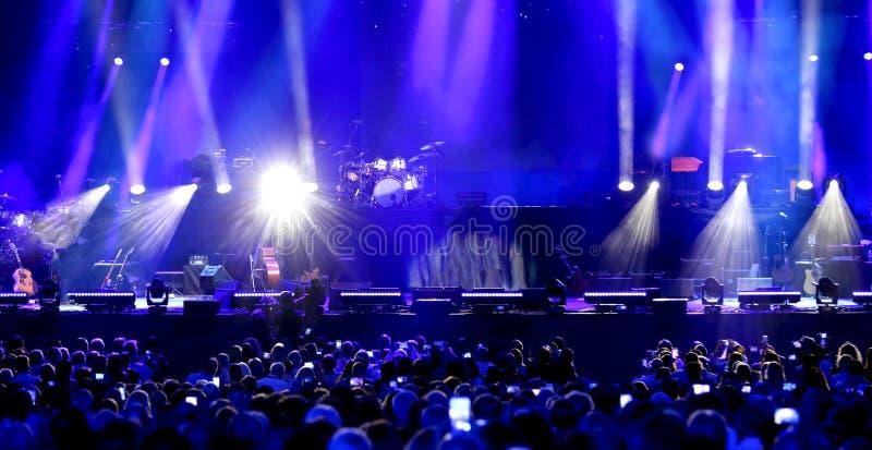 ludzie s czekać na początek rockowy koncert obraz royalty free