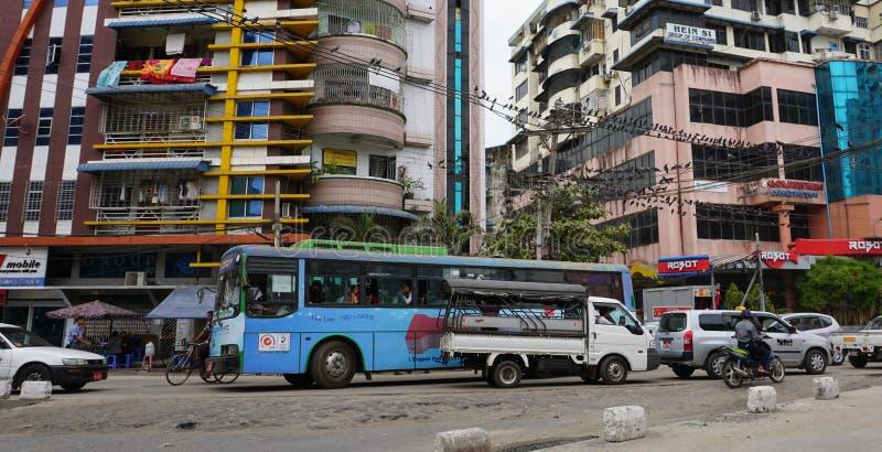 Ludzie, samochody i rowery na ulicach w Mandalay, obrazy royalty free