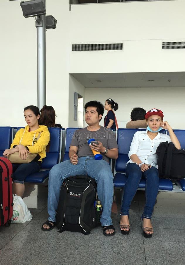 Ludzie siedzi i czeka wsiadać przy Dębnym syna Nhat lotniskiem, Saigon, Wietnam zdjęcie stock