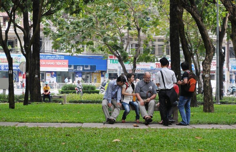 Ludzie siedzi i gawędzi przy miasto parkiem w Saigon, Wietnam obrazy royalty free