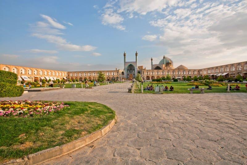 Ludzie siedzi i relaksuje na zielonej trawie famouse imama kwadrat fotografia stock