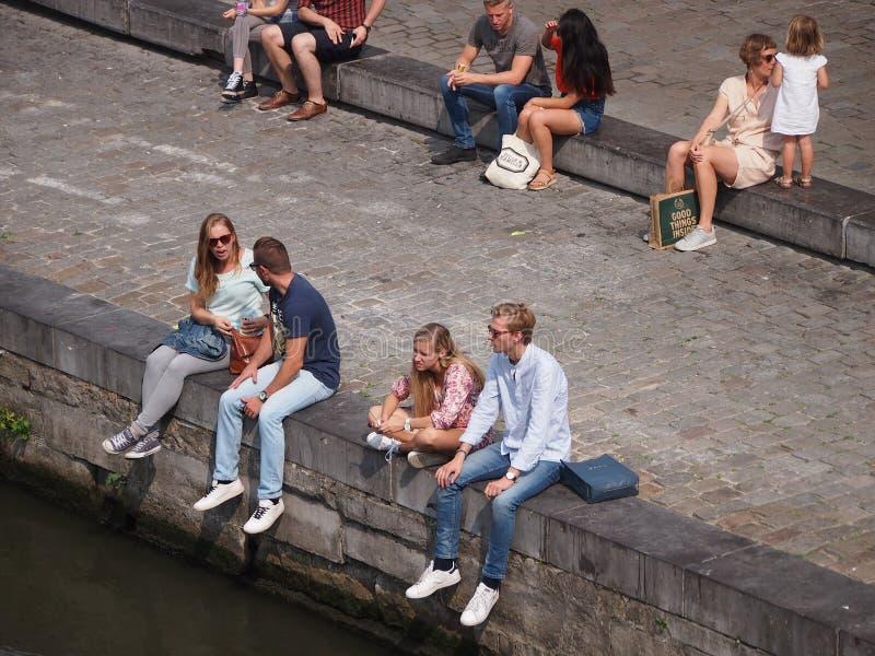 Ludzie Siedzi kanałem w Ghent zdjęcia royalty free