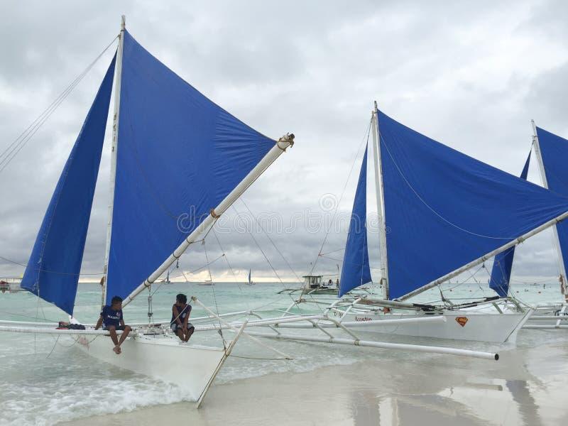 Ludzie siedzi na żeglowanie łodziach w Boracay, Filipiny zdjęcia royalty free