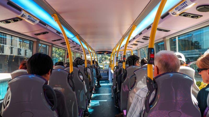 Ludzie siedzi na autobusie w Hong kong mieście fotografia stock