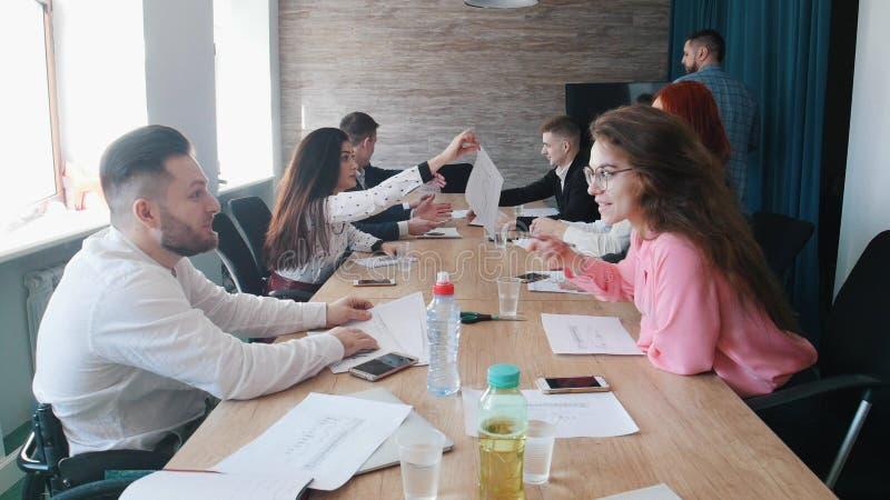 Ludzie siedzi przy biznesową konferencją i dyskutuje ich pracę Szef komesów w biurze zdjęcie stock