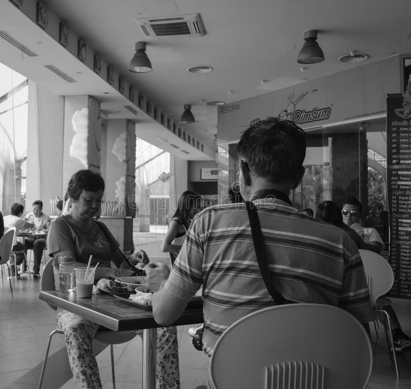 Ludzie siedzi przy restauracją w Putrajaya, Malezja obraz stock