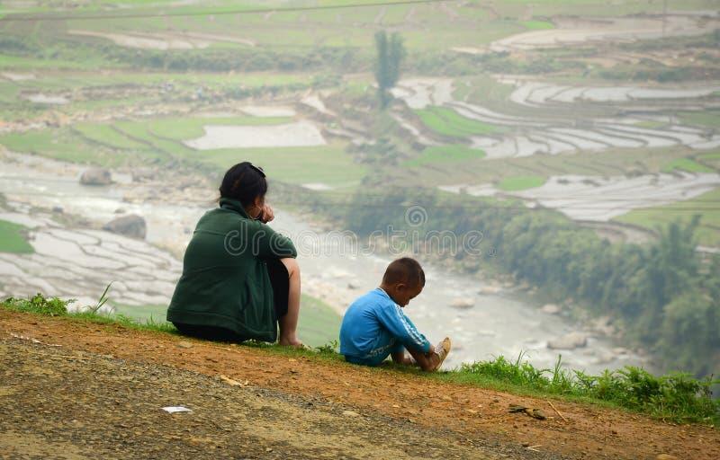 Ludzie siedzi ryżu pole w jenie Bai i patrzeje, Wietnam fotografia stock