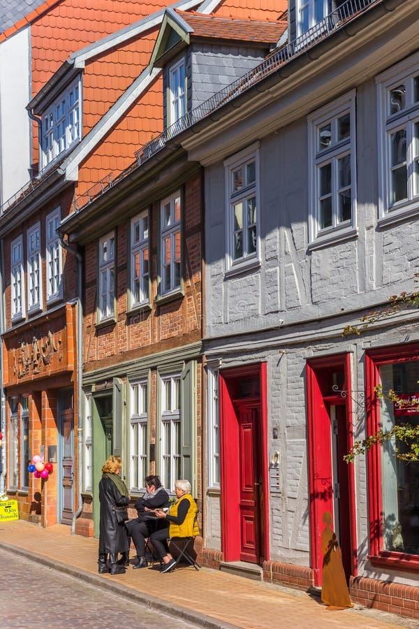 Ludzie siedzi w słońcu w kolorowej ulicie w Schwerin obraz royalty free