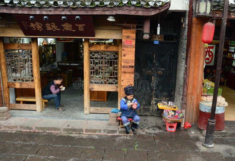 Ludzie siedzi w sklepie przy Fenghuang Antycznym miasteczkiem w Hunan, Chiny fotografia stock