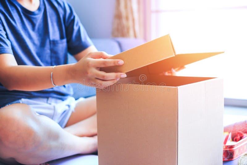 Ludzie siedzieć otwierają pudełko w pokoju fotografia stock