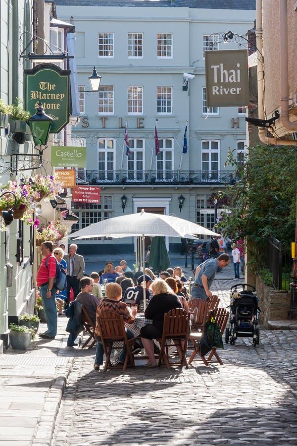 Ludzie siedzieli na zewnątrz Blarney kamienia resstaurant w Kościelnym pas ruchu, Windsor, Berkshire, Anglia, Zjednoczone Królest zdjęcie royalty free